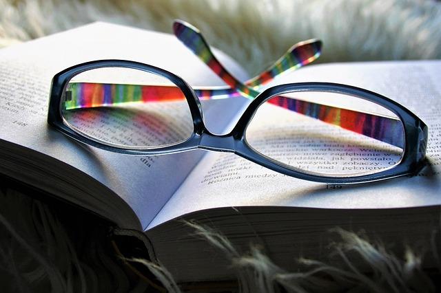 brýle na knize.jpg