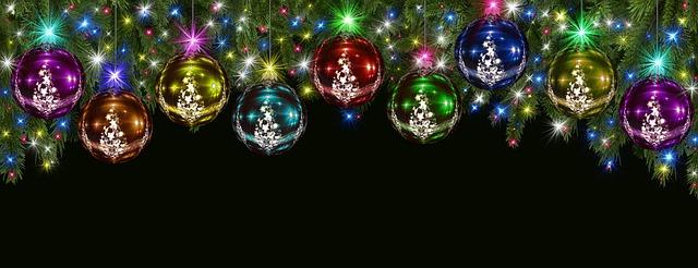 blýskající se pestré vánoční baňky