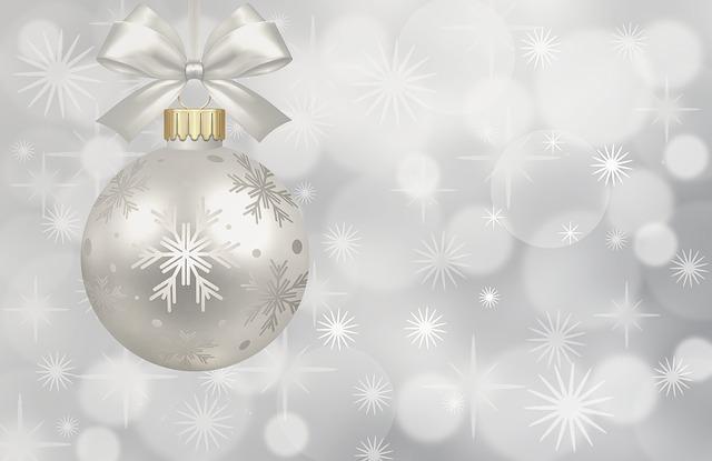 stříbrná vánoční koule na stříbrném pozadí