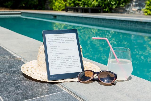 klobouk a brýle u bazénu